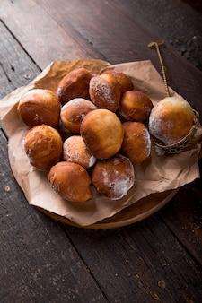 Buñuelos (buñuelos mexicanos) dorados, crujientes y dulces, como buñuelos de tortilla. montón de bunyols de quaresma, pasteles típicos de cataluña, españa, comido en cuaresma