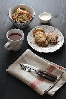 Buñuelos de calabacín con té en rústico