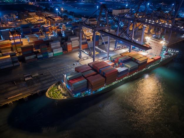 Buque y caja de contenedores en el puerto marítimo