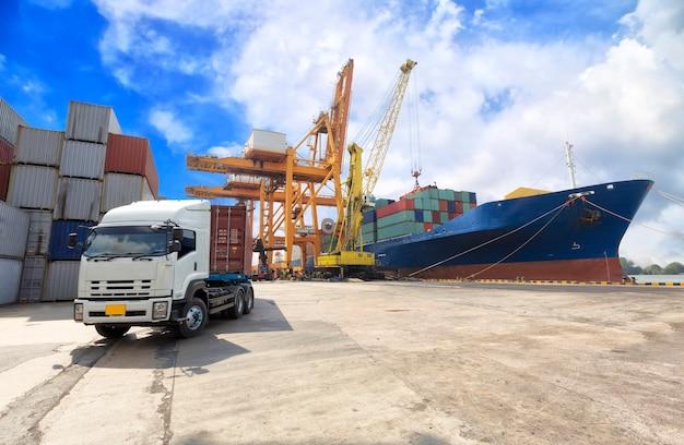 Buque de carga de contenedores industriales con puente grúa de trabajo