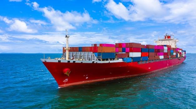 Buque de carga de contenedores que transporta contenedores para la importación y exportación de carga comercial.