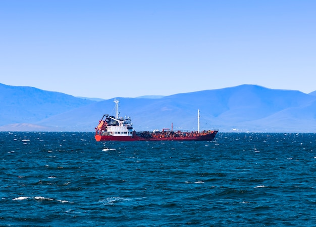 Buque de carga a granel al muelle del puerto de vladivostok