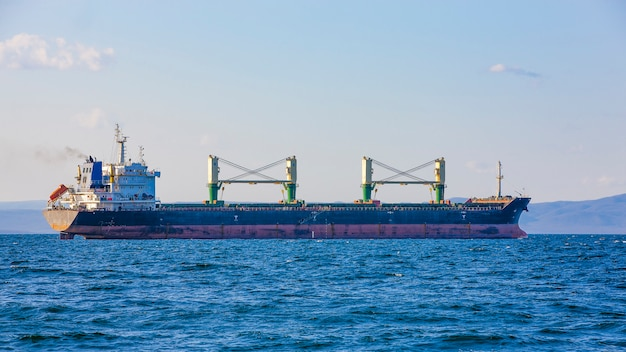 Buque de carga a granel a puerto muelle vladivostok