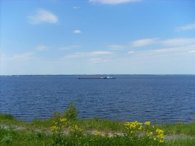 Buque de carga navega en el río.