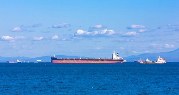 Buque carguero contenedor vacío esperando en vladivostok, rusia