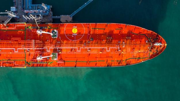 Buque cisterna rojo de carga y descarga de petróleo y gas en el puerto industrial