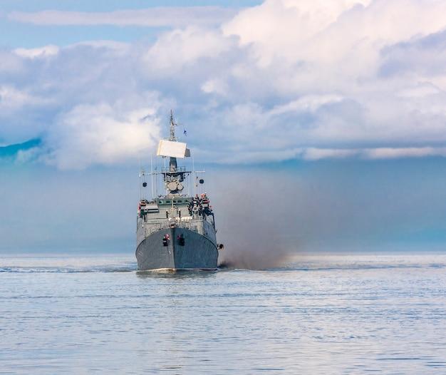 Buque de guerra ruso a lo largo de la costa