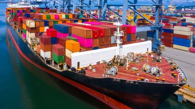 Buque portacontenedores llegando a puerto comercial.