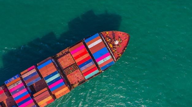 Buque portacontenedores que va al puerto de aguas profundas, logística de negocios de importación, exportación, transporte y transporte en barco de contenedores, vista aérea