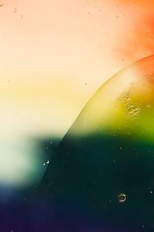 Burbujas de aceite de jabón aisladas sobre un fondo acuoso