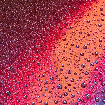 Burbujas de agua abstractas sobre fondo rojo y naranja brillante