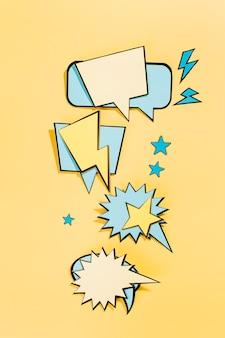 Burbujas de discurso cómico vacío sobre fondo amarillo