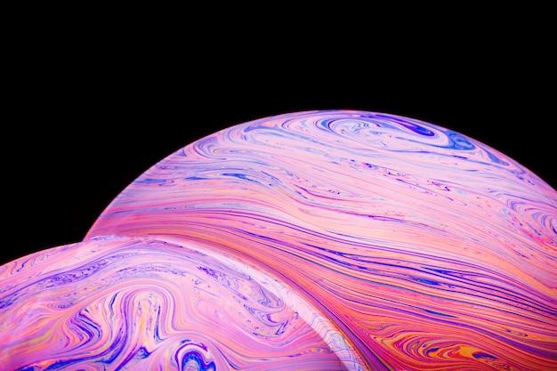 Burbujas de jabón coloridas hued abstractas sobre fondo negro