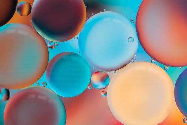 Burbujas multicolores brillantes con gotas.