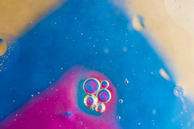 Burbujas sobre el fondo rosado y azul