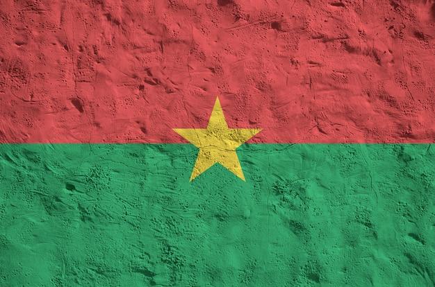 Burkina faso bandera representada en brillantes colores de pintura en relieve antiguo muro de yeso.