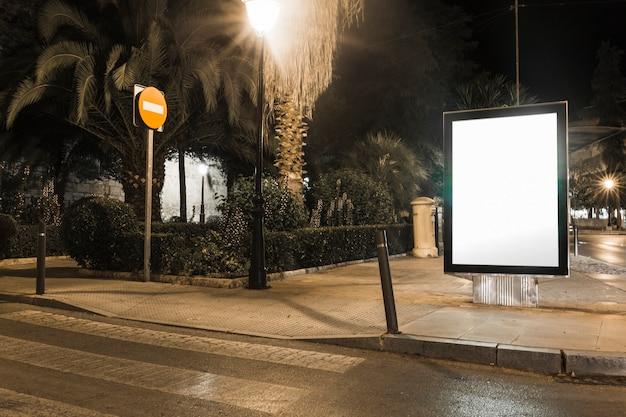 Burlarse de la caja de luz de publicidad en blanco en la ciudad