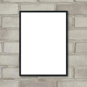 Burlarse de un marco de cartel en blanco en la pared de ladrillo