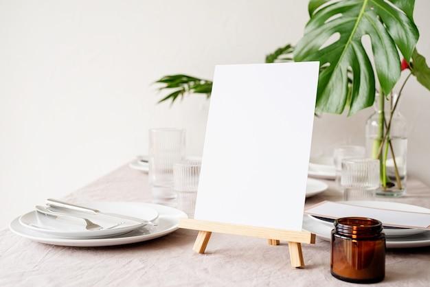 Burlarse de la etiqueta del marco del menú en blanco en el bar restaurante, soporte para folletos con papel blanco, tarjeta de carpa de madera