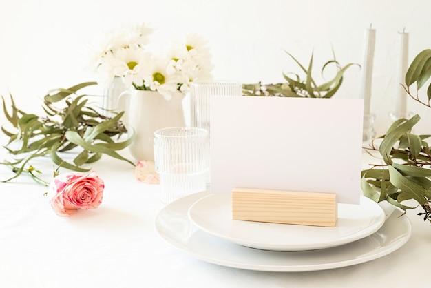 Burlarse de la etiqueta del marco del menú en blanco en el bar restaurante, soporte para folletos con papel blanco