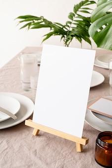 Burlarse de la etiqueta del marco del menú en blanco en el bar restaurante