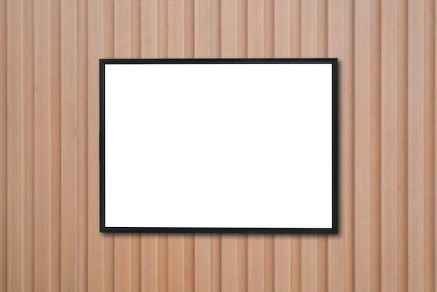 Burlarse de marco de foto en blanco en la pared de madera.