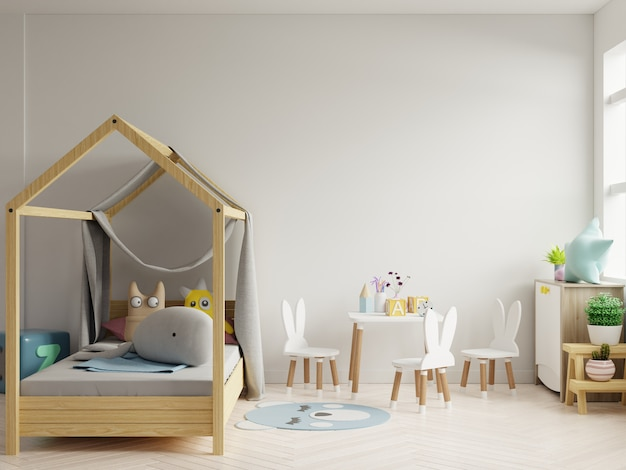 Burlarse de la pared en la habitación de los niños en el fondo de la pared blanca.