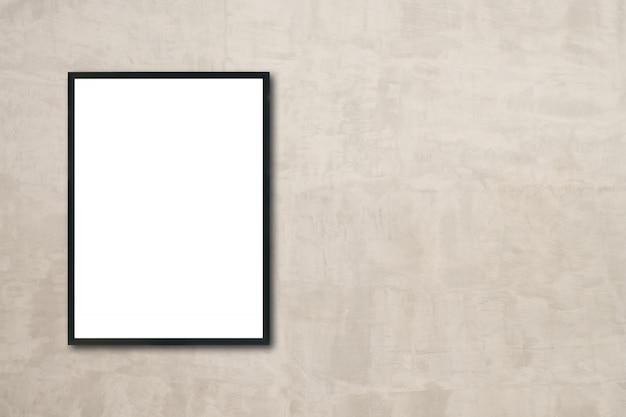 Burlarse de un póster en blanco que cuelga en la pared de la habitación