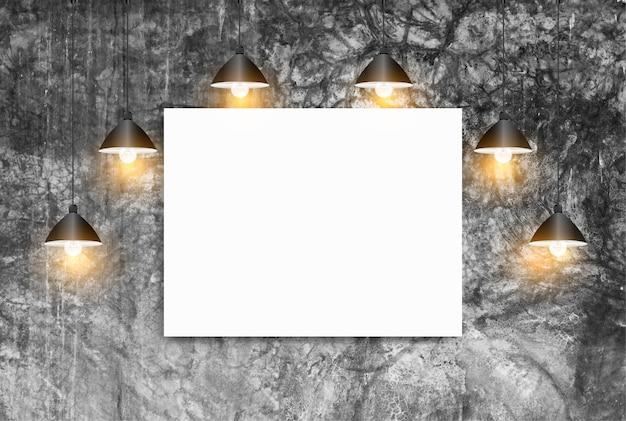Burlarse de póster con lámparas de techo pared de ladrillo blanco, concepto de espacio de trabajo de desván