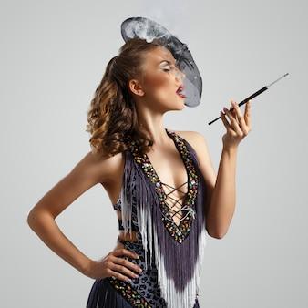 Burlesco. chica atractiva en vestido hermoso