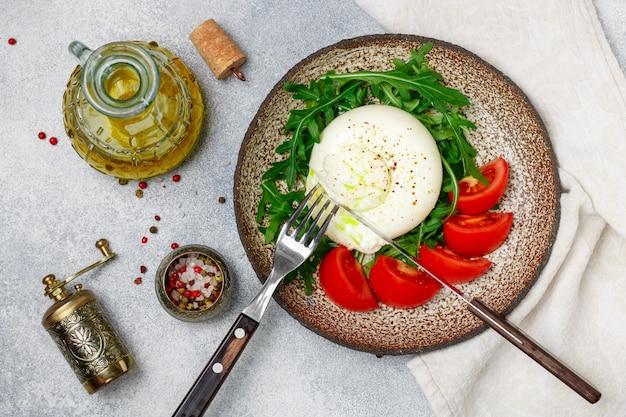 Burrata de queso italiano gourmet en rodajas