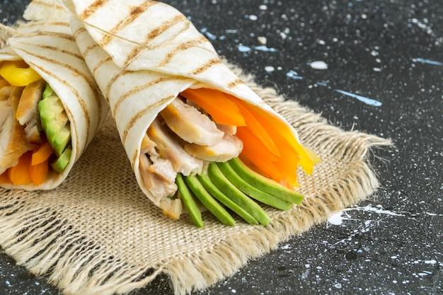 Burrito con pollo a la parrilla y verduras (fajitas, pan de pita, shawarma)