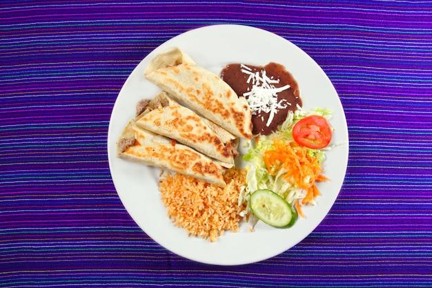 Burritos mexicanos laminados ensaladas de arroz y frijoles