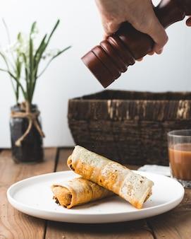 Burritos de ternera en plato blanco