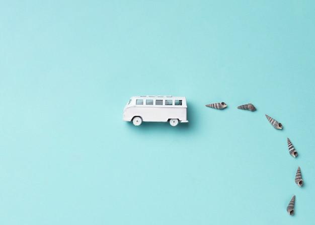 Bus de juguete con conchas