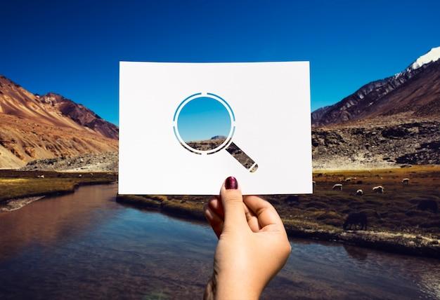 Buscando descubrimiento vidrio perforado lupa