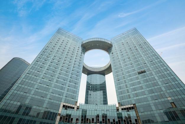 Buscando edificio de oficinas moderno azul