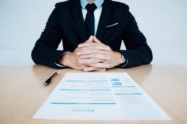 Business entrevista de trabajo. hr y curriculum vitae del aspirante en la tabla.