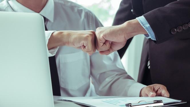 Business partners trust, dos hombres de negocios. luego de acordar trabajar juntos.