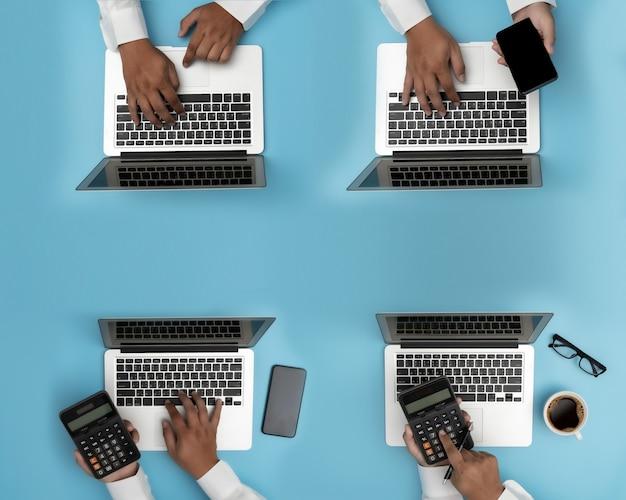 Business people analyzing gestión de proyectos actualización de trabajo duro análisis de datos estadísticas información tecnología de negocios