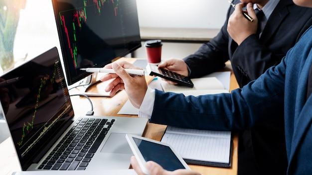 Business team investment entrepreneur trading discutiendo y analizando datos