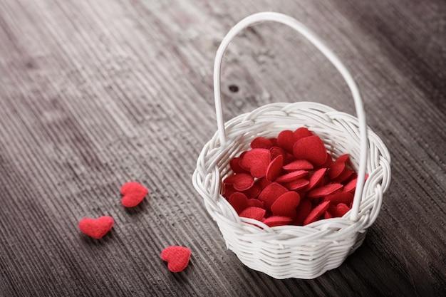 Busket con corazones rojos. concepto de amor