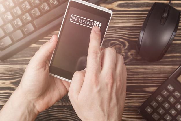 Búsqueda de empleo en teléfonos inteligentes móviles, concepto de carrera de reclutamiento de recursos humanos.