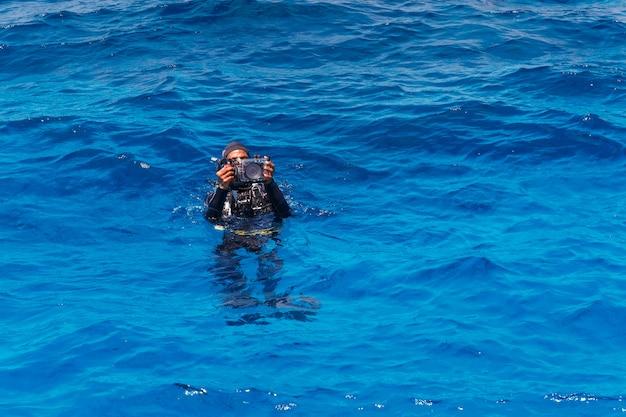 Buzo con cámara subacuática