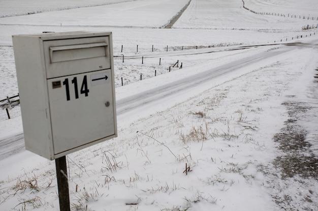 Buzón en un campo nevado vacío