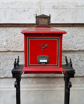 Buzón húngaro rojo retro en la calle