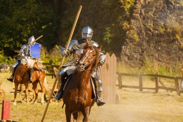 Caballero con armadura medieval a caballo. foto de alta calidad