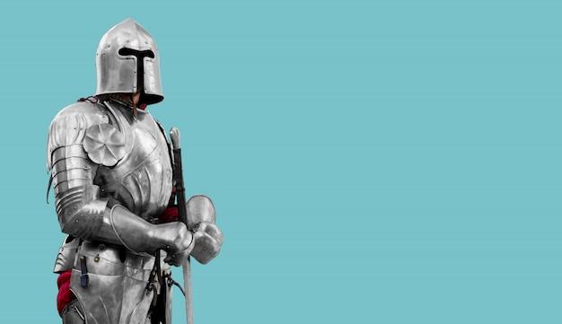 Caballero con armadura de metal brillante. seguridad y seguros confiables. copia espacio