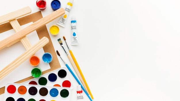 Caballete y colores creatividad y concepto de arte.