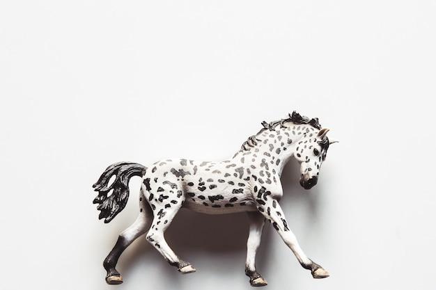 Caballo de juguete realista - fondo blanco aislado